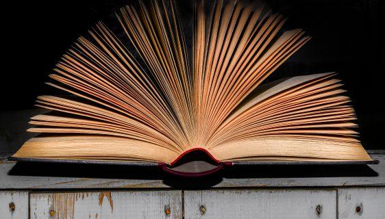 Gammal bok som är öppen