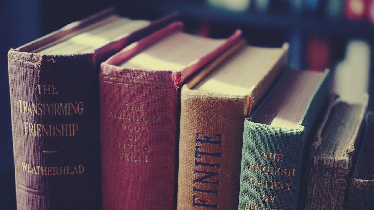 Böcker med bokryggarna upställda.