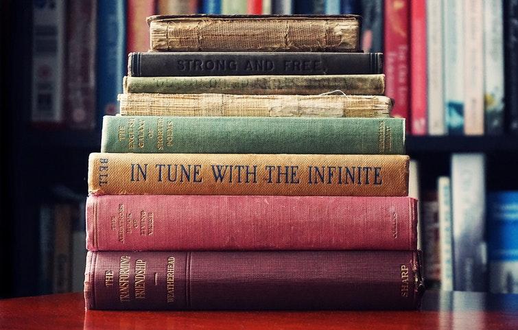 Gamla böcker ligger på höjd